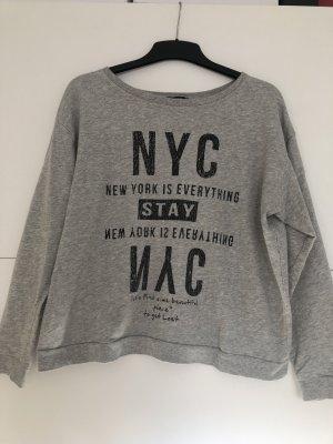 Grauer Sweater mit Aufdruck