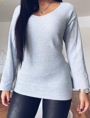 grauer Sweater mit V-Ausschnitt
