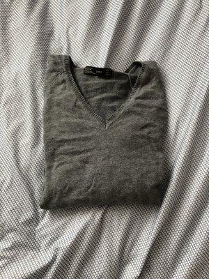 Grauer V-Pullover