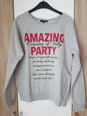 Grauer weicher Pullover mit Aufdruck