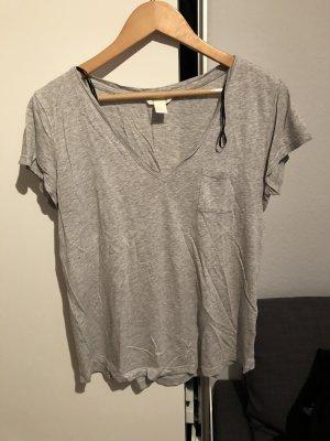 Graues Basic shirt mit V-Ausschnitt