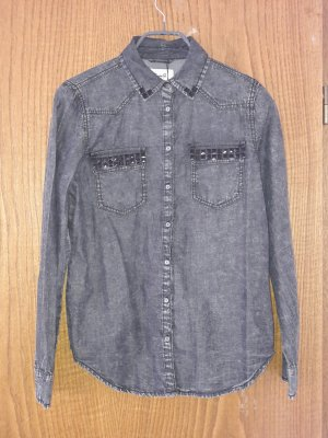 graues Hemd mit Nieten