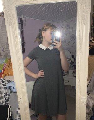 graues Kleid mit Kragen