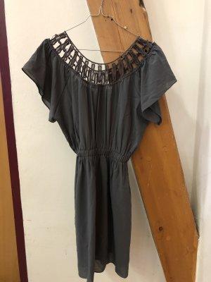 Graues Kleid mit schönen Details