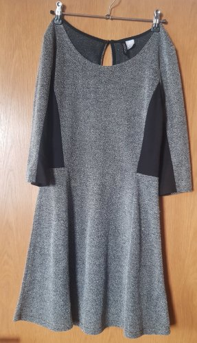 graues Kleid mit schwarzen Applikationen