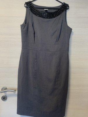 Graues Kleid mit schwarzen Nieten