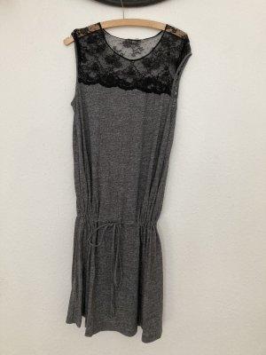 Graues Kleid mit Spitze