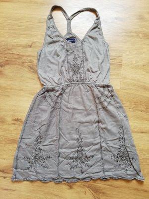Graues Kleid mit Stickerei