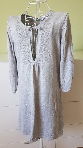 Graues Kleid mit Strickmuster