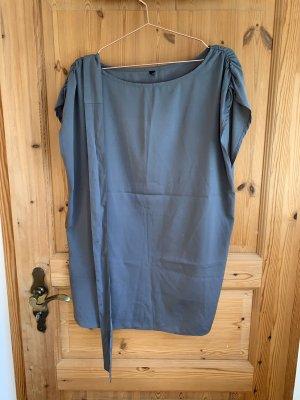 Graues kurzes Oversize- Kleid mit Gürtel