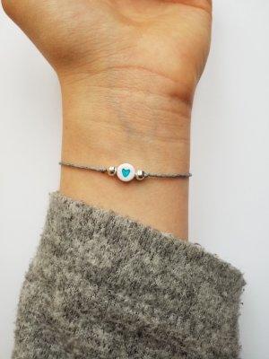 graues Makramee Armband mit silberfarbenen Perlen und blauer Herz Perle