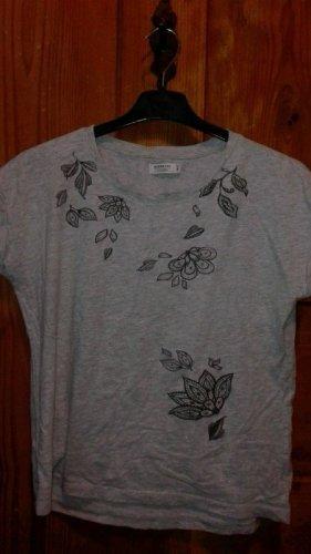 Graues Shirt mit Blumenmuster