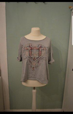 Graues Shirt mit bunter Herzstickerei