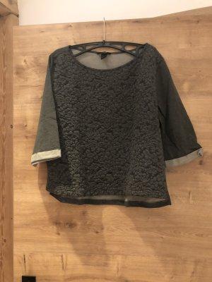 Graues Shirt mit Muster