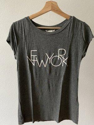 Graues Shirt mit New York Print in S