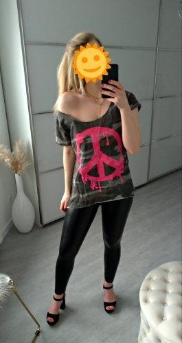 graues Shirt mit pinkem Peacezeichen und Camouflage print