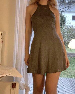 Graues Sommerkleid mit Rückensusschnitt