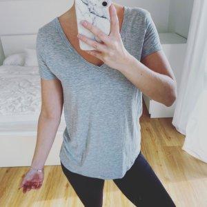 graues T-Shirt V-Ausschnitt