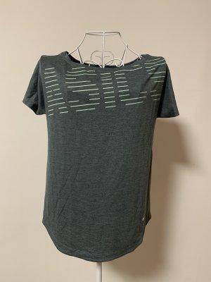 Graues T-Shirt von Asics mit blauer Schrift