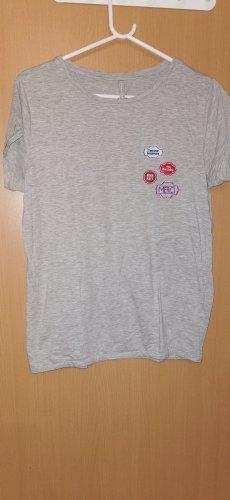 graues Tshirt pins / Stickereien
