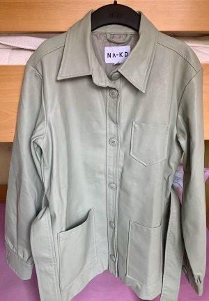 Graugrüne Jacke aus Kunstleder von NA-KD