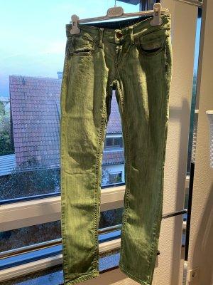 Grüne Jeans als Hingucker
