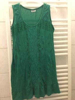 grüne Kleid mit Spitzen und Volant