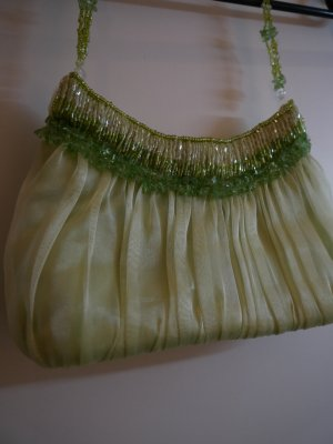 Grüne Organzatasche mit Perlen