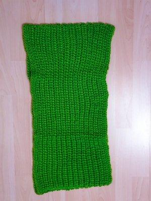 grüner Loop-Schal in Grobstrick