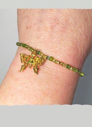 grünes Armband mit einem Schmetterling Anhänger