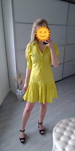 Grünes Kleid mit Knopfreihe und Hemdkragen