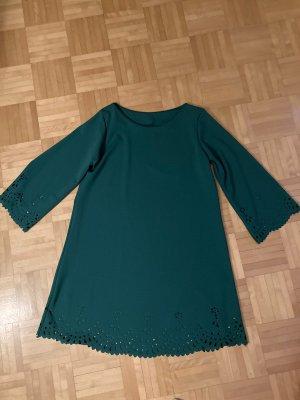 Grünes Kleid mit süßen Details