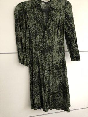 Grünes Kleid Schlangenmuster
