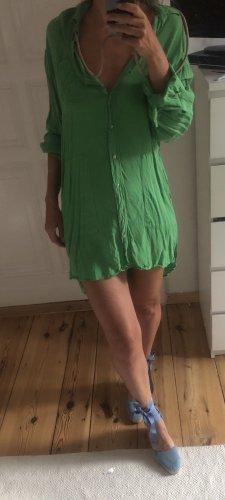 Grünes leichtes Hemdkleid perfekt für die heißen Tage