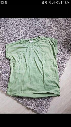 Grünes lockeres T-shirt