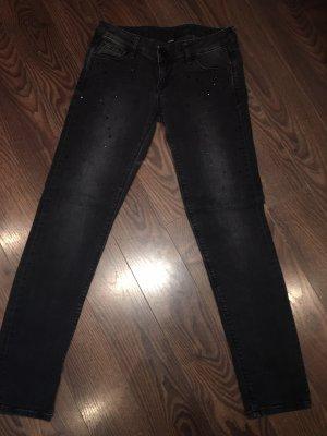 Guess Jeans mit schwarzen Strasssteinen