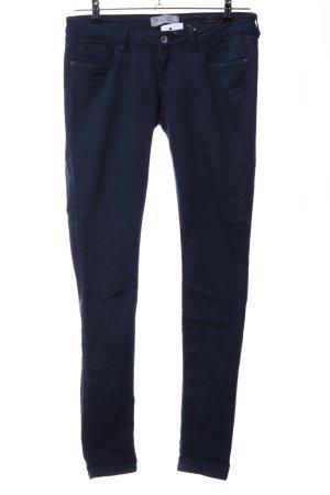 Guess Pantalón de pinza alto azul look casual