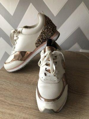 Guess Sneakresy na obcasie w kolorze różowego złota-biały