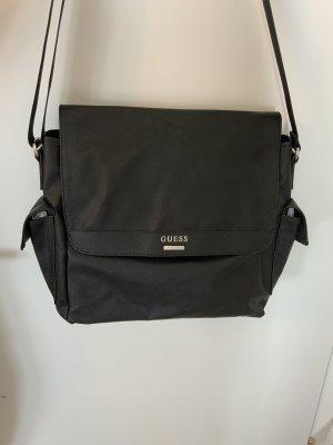 Guess schwarze Umhängetasche mit Seitentaschen und silbernem Logo