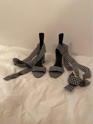 Guess: ungetragene Sandalen in schwarz weiß Karo Muster