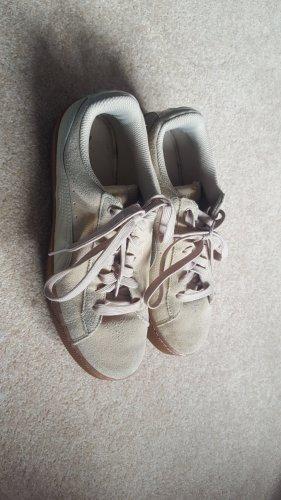 gut erhaltene beige/hellbraunfarbene PUMA Schuhe in 39 mit SOFT FOAM Einlage