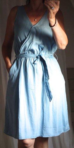 H&M Kleid, Lyoncell, leichter Stoff, hellblau, luftig, Wickeloptik tailliert, Gürtel Binden, ausgestellter Rockteil, V-Ausschnitt, angenehm, neu, ungetragen, Gr. S/M Gr. 38