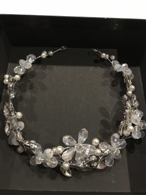 Haardrad mit schönen Perlen  und Schmucksteinen verziert. In weiß - silber Farbe .