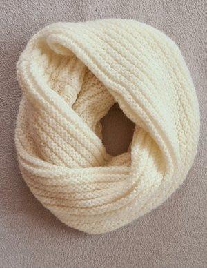 Szydełkowany szalik biały