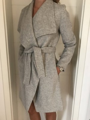 Halblanger Mantel in Wickeloptik aus handvernähtem Doppelgewebe