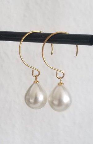 Halboffene Creolen mit weißer Tropfen-förmiger Perle (Goldfarben)