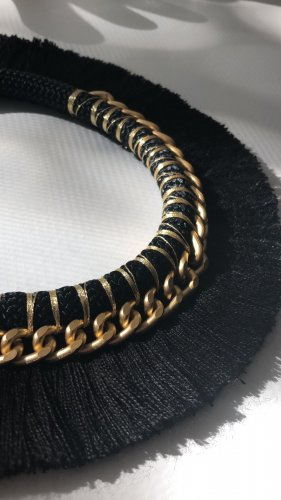 Collar negro-color oro