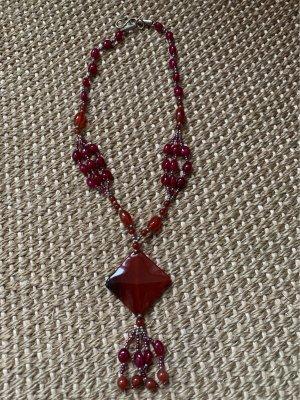 Collier rouge foncé