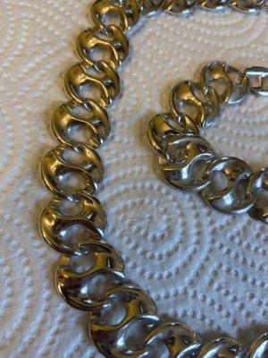 Halskette Armband Modeschmuck getragen