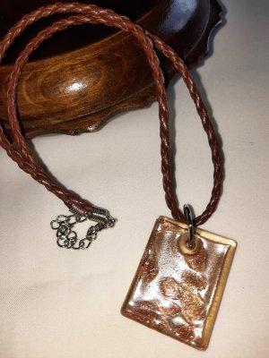 Halskette mit geflochtenem Lederband und Resinanhänger